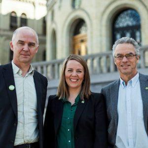 Bilde av de tre foran Stortinget